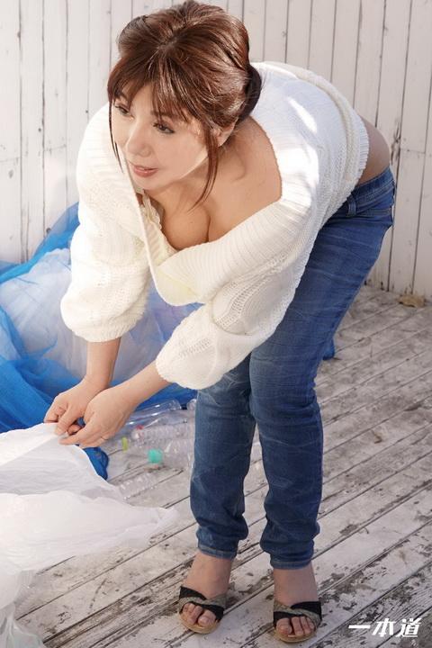 朝ゴミ出しする近所の遊び好きノーブラ奥さん 美原咲子