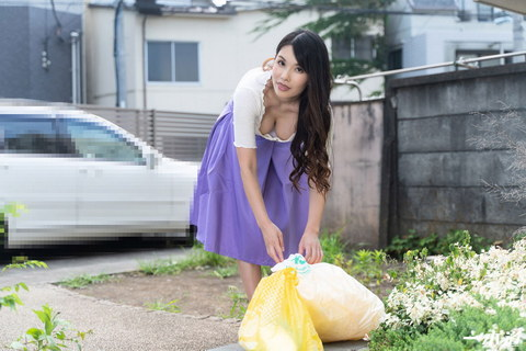 朝ゴミ出しする近所の遊び好きノーブラ奥さん 上山奈々